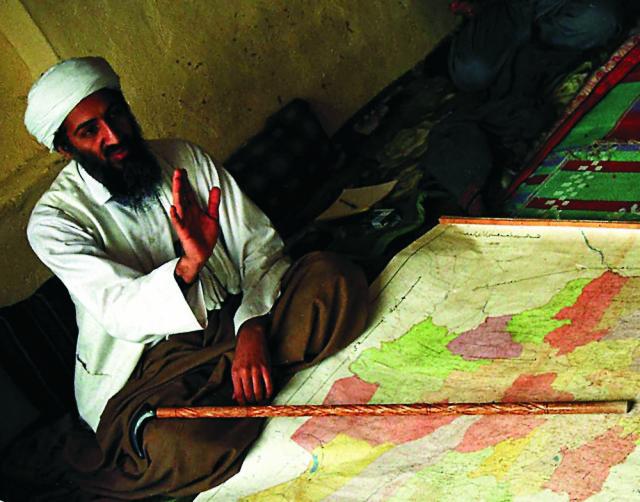 Na archívnej snímke z roku 1998 je Usáma bin Ládin v Afganistane