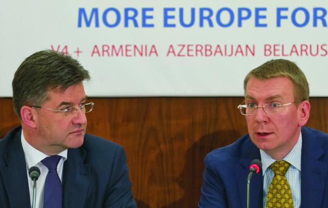 Na snímke vľavo minister zahraničných vecí a európskych záležitostí SR Miroslav Lajčák a vpravo minister zahraničných vecí Lotyšska Edgars Rinkévičs