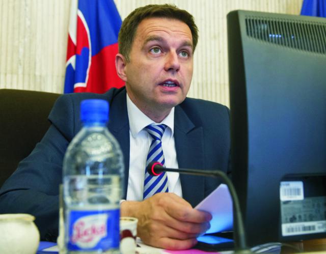 Na snímke podpredseda vlády SR, minister financií a dočasne poverený riadením Ministerstva hospodárstva SR Peter Kažimír