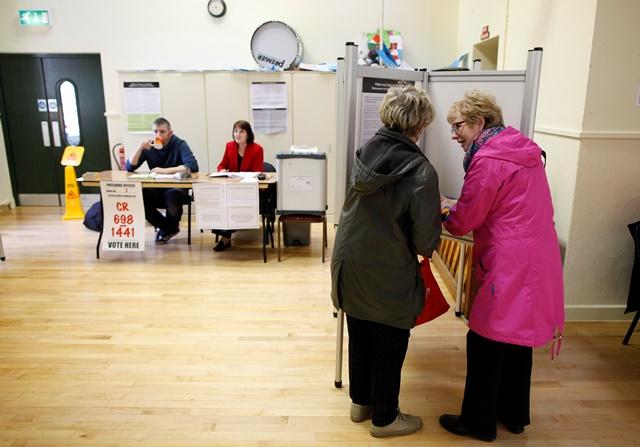 Na snímke írske voličky hlasujú v referende