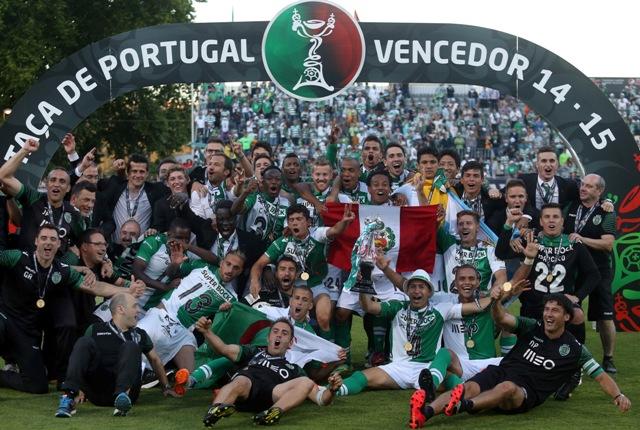 Na snímke futbalisti Sportingu Lisabon pózujú s trofejou po víťazstve Portugalského pohára