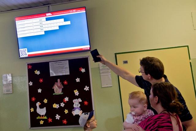 Na snímke pacienti s rodičmi čakajú pred ambulanciou s novým objednávacím systémom