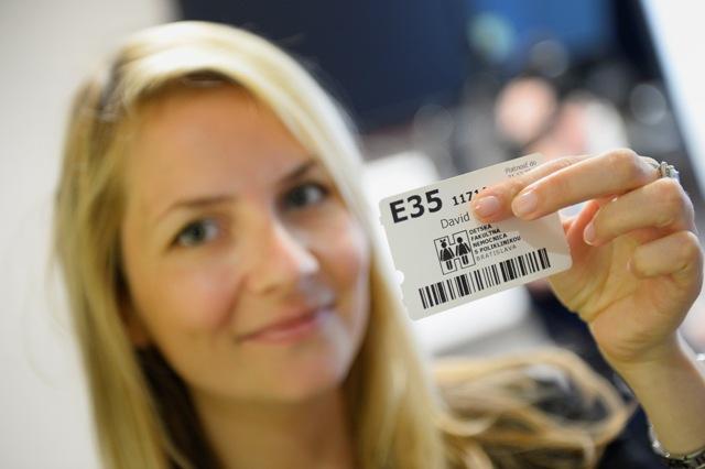 Na snímke mamička malého pacienta s kartou pacienta, ktorá slúži na identifikáciu pacienta