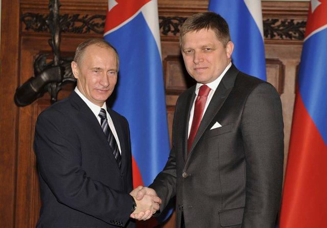 Na snímke zľava ruský prezident Vladimir Putin a premiér SR Robert Fico