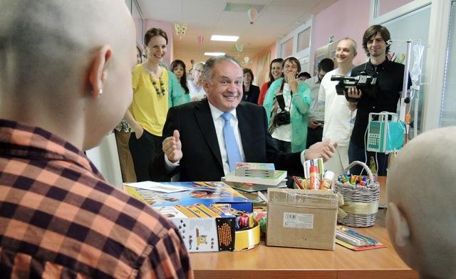 Na snímke uprostred prezident SR Andrej Kiska počas návštevy Kliniky pediatrickej onkológie a hematológie Detskej fakultnej nemocnice s poliklinikou (DFNsP) v Banskej Bystrici