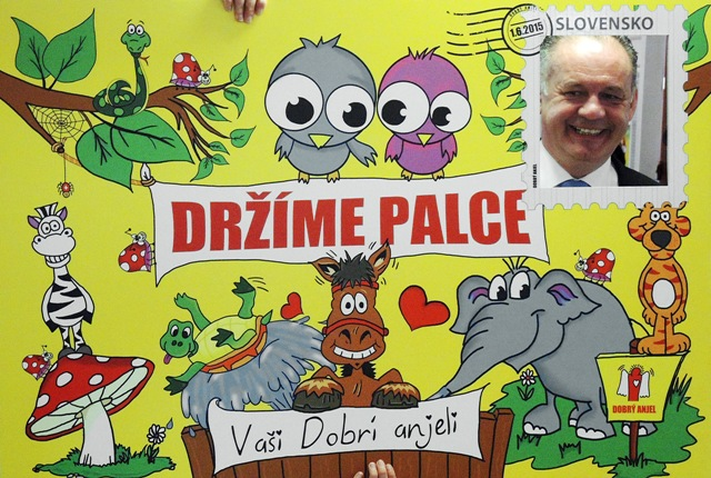 """Na snímke prezident SR Andrej Kiska pózuje ako """"živá známka"""" na pohľadnici"""