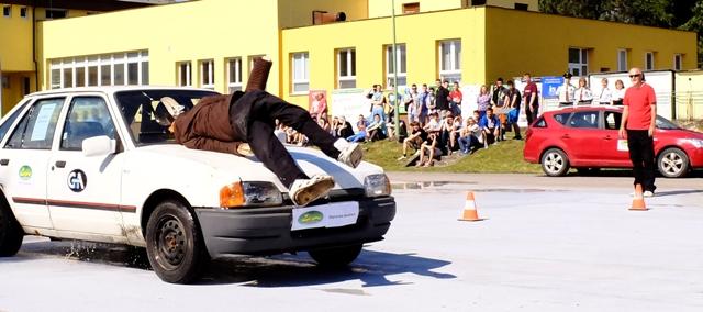 Na snímke demonštrácia čelnej zrážky figuríny s autom