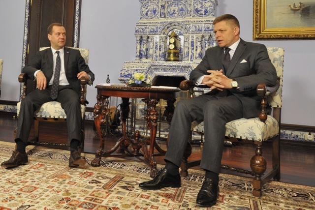 Na snímke slovenský premiér Robert Fico (vpravo) a ruský premiér Dmitrij Medvedev