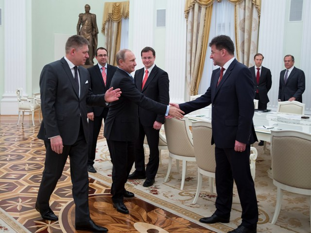 Na snímke ruský prezident Vladimir Putin si podáva ruku so slovenským ministrom zahraničných vecí a európskych záležitostí Miroslavom Lajčákom (vpravo), vľavo slovenský premiér Robert Fico a štvrtý zľava slovenský minister školstva Juraj Draxler