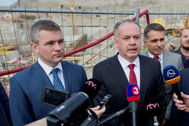 Na snímke prezident SR Andrej Kiska (druhý vpravo) spoločne s predsedom Národnej rady SR Petrom Pellegrinim (vľavo)