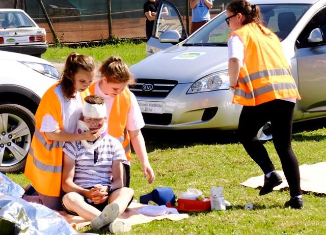 Na snímke ošetrenie zraneného po nehode