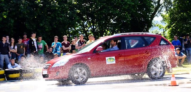 Jazdu šmykom na mokrej vozovke si mohli vyskúšať aj študenti