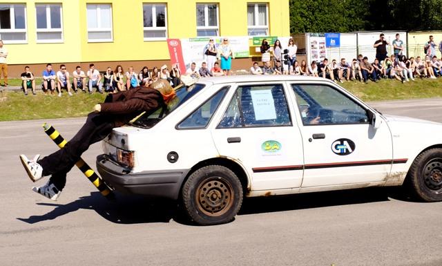Na snímke demonštrácia zrážky figuríny chodca s cúvajúcim autom