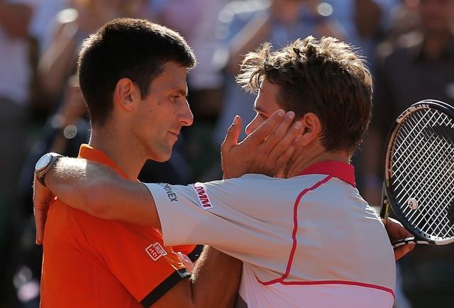 Na snímke Švajčiar Stan Wawrinka (vpravo) sa objíma s o Srbom Novakom Djokovičom po víťazstve vo finále mužskej dvojhry na grandslamovom turnaji Roland Garros