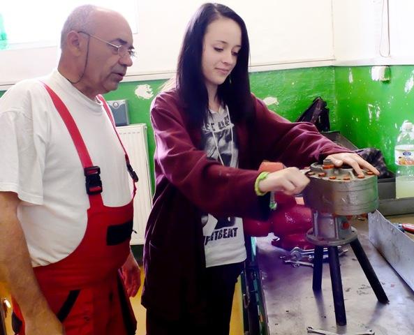 Na snímke študentka a učiteľ počas praktického vyučovania v dielni Dopravnej akadémie v Žiline