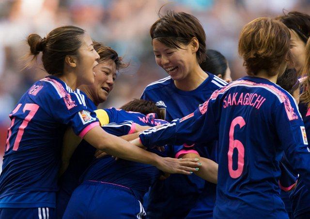 Na snímke uprostred japonská reprezentantka Aja Mijamová oslavuje so spoluhráčkami svoj gól v zápase C-skupiny MS vo futbale žien Japonsko - Švajčiarsko