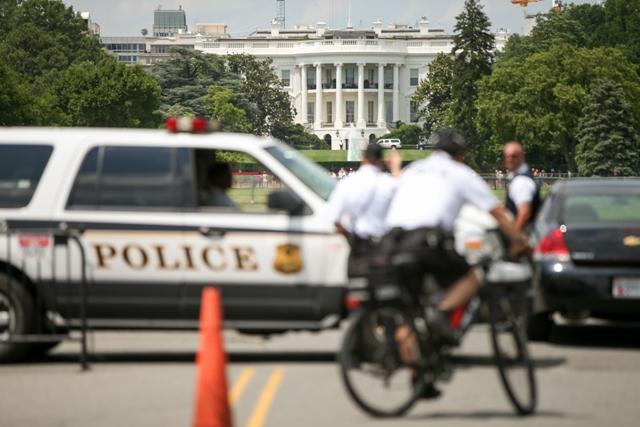 Na snímke policajti hliadkujú pred Bielym domom počas evakuácie vo Washingtone