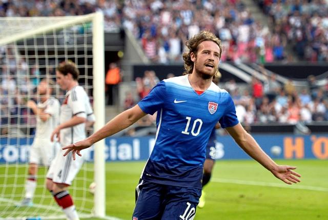 Na snímke Američan Mix Diskerud oslavuje gól