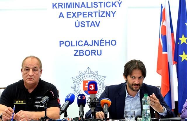 Na snímke podpredseda vlády a minister vnútra SR  Robert Kaliňák (vpravo) a viceprezident Policajného zboru Ľubomír Ábel