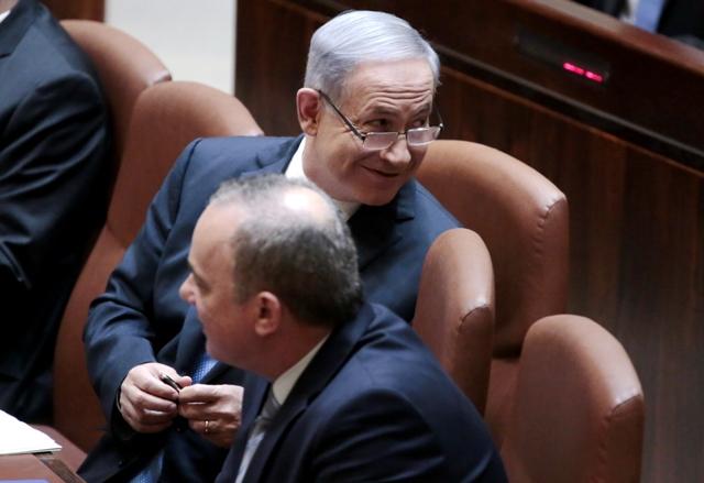 Na snímke izraelský premiér Benjamin Netanjahu (druhý sprava)
