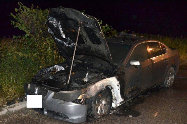 Na snímke zhorený automobil BMW