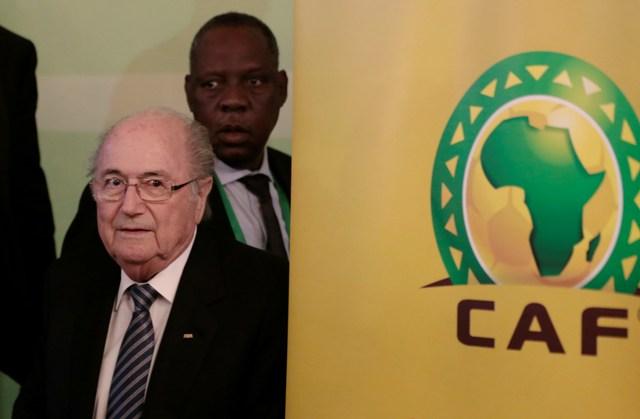 Na snímke vľavo prezident Medzinárodnej futbalovej federácie Joseph Blatter a vpravo prezident Africkej futbalovej konfederácie Issa Hayatou