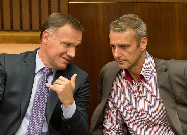 Na snímke vľavo minister zdravotníctva SR Viliam Čislák a vpravo predseda Výboru NR SR pre zdravotníctvo Richard Raši(Smer-SD)