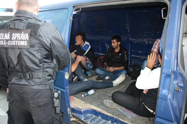 Na  snímke utečenci v dodávke s rakúskym evidenčným číslom na hraničnom priechode v Čunove