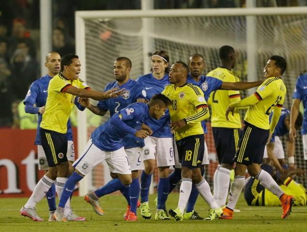 Na snímke druhý zľava kolumbijský útočník Carlos Bacca sotil brazílskeho útočníka a kapitána Neymara (uprostred), za čo obaja dostávajú červenú kartu po zápase zápase C-skupiny
