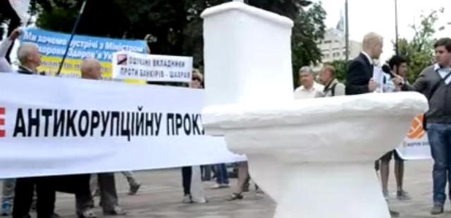Demonštranti pred Prezidentským palácom v Kyjeve umiestnili obrovskú záchodovú misu