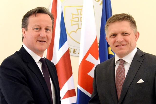Na snímke premiér SR Robert Fico (vpravo) a premiér Spojeného kráľovstva Veľkej Británie a Severného Írska David Cameron (vľavo)