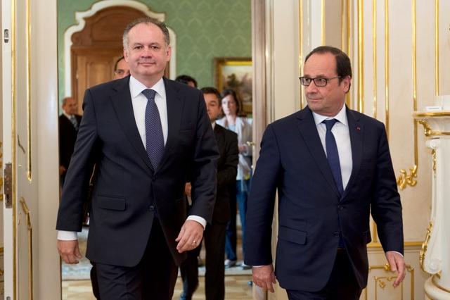 Na snímke vľavo prezident SR Andrej Kiska a vpravo prezident Francúzska Francois Hollande