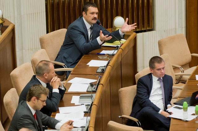 Na snímke vpravo poslanec Viliam Novotný (nezaradený)