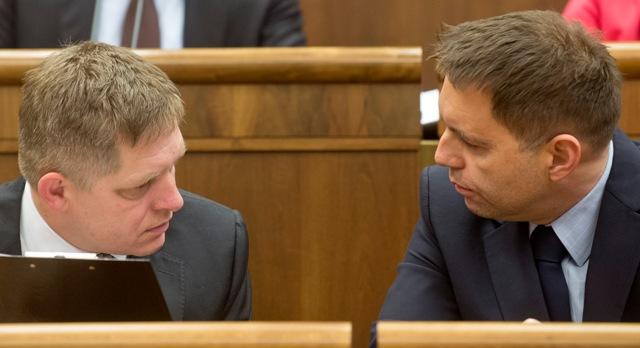 Na snímke vľavo premiér SR Robert Fico a vpravo minister financií SR Peter Kažimír