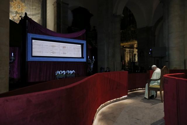 Na snímke pápež František sa modlí pred Turínskym plátnom