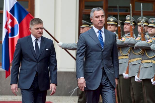 Na snímke predseda vlády SR Robert Fico (vľavo) a predseda vlády Čiernej Hory Milo Djukanovič (vpravo)