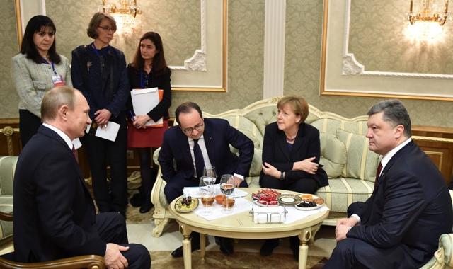 Na snímke zľava ruský prezident Vladimir Putin, francúzsky prezident Francois Hollande, nemecká kancelárka Angela Merkelová a ukrajinský prezident Petro Porošenko. Ilustračné foto