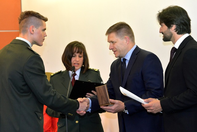 Na snímke predseda vlády Robert Fico (druhý sprava) a podpredseda vlády a minister vnútra  Robert Kaliňák (vpravo) odovzdávajú Čestnú plaketu ministra vnútra SR nadstrážmajstrovi Eduardovi Ondrejovi (vľavo) z PPÚ Košice