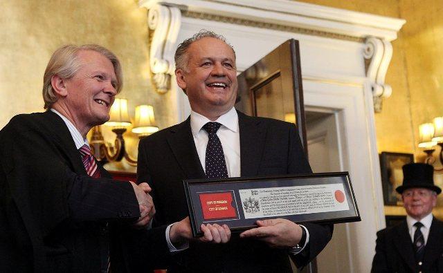 Na snímke vpravo prezident SR Andrej Kiska s ocenením