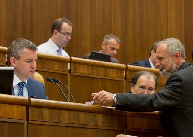 Na snímke poslanci NR SR vľavo predseda NR SR Peter Pellegrini (Smer-SD) a vpravo Mikuláš Huba
