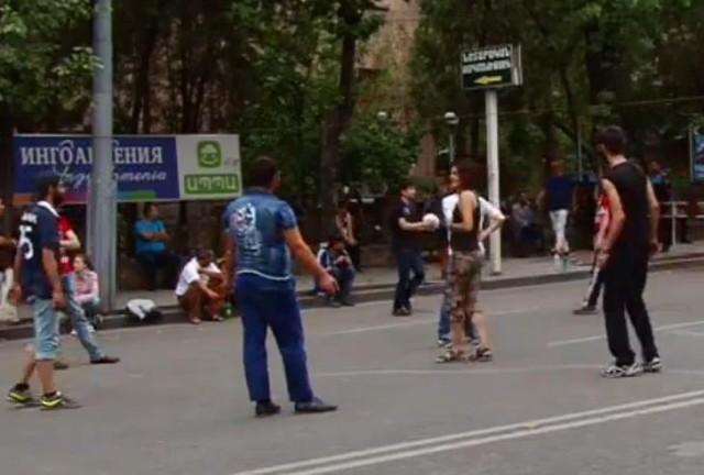 Arménsky Majdan je to zatiaľ iný Majdan ako na Ukrajine. Tu na policajtov nehádžu molotové koktaily – zatiaľ...