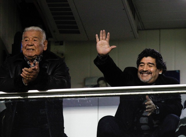 Na snímke bývalý argentínsky futbalista Diego Armando Maradona (vpravo). Vľavo stojí jeho otec Diego Maradona