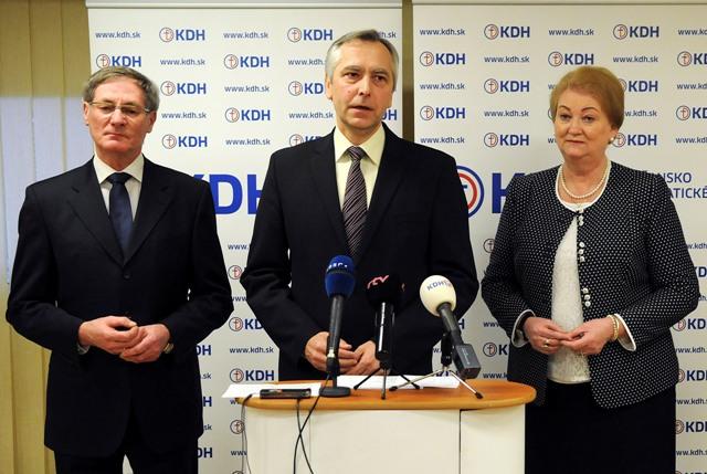 Na snímke zľava podpredseda KDH Pavol Hrušovský, predseda KDH Ján Figeľ a europoslankyňa za KDH Anna Záborská