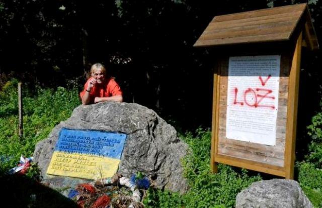 Pamätník prestriekali do farieb ukrajinskej vlajky a na informačnú tabuľu nastriekali nápis LOŽ