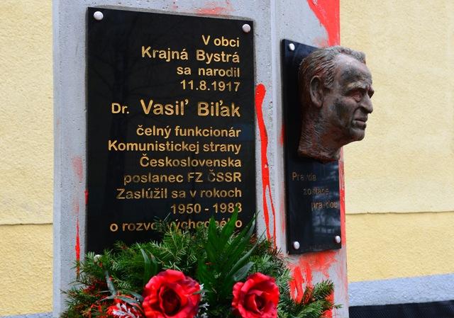 Na snímke pomník s bustou Vasiľa Biľaka pred obecným úradom v Krajnej Bystrej