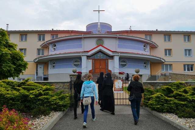 Na snímke návštevníci vchádzajú do areálu kláštora redemptoristiek v Kežmarku