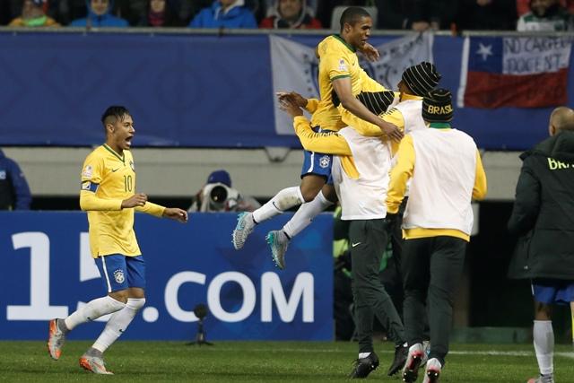 Na snímke uprostred brazílsky hráč Douglas Costa