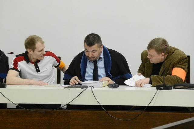 Na snímke obžalovaní Sergej S. (prvý sprava) a Alexander S. (prvý zľava)