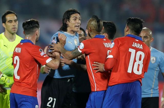 Na snímke uruguajský futbalista Edinson Cavani (tretí vľavo) počas incidentu s Čiľanom Gonzalom Jarom (druhý sprava)