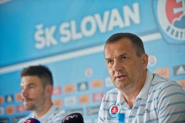 Na snímke generálny manažér ŠK Slovan Bratislava Dušan Tittel (vpravo) a kapitán Marko Milinkovič